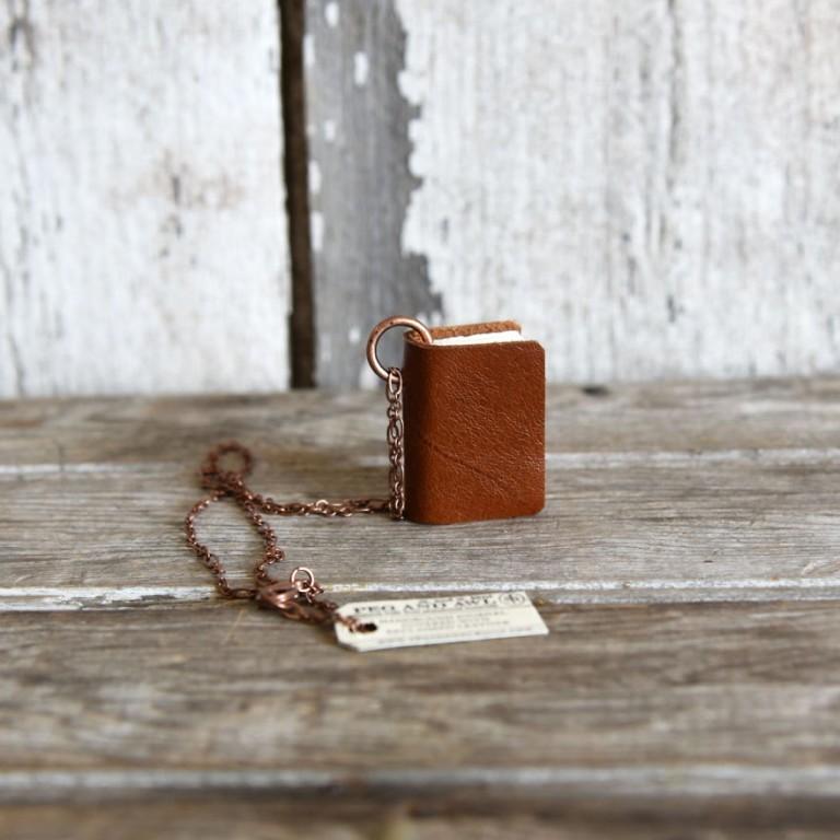 Марго Кент создает удивительные украшения в виде книг